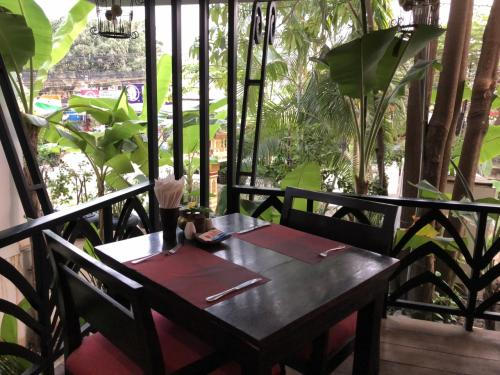 これはレストランの窓際のお席。<br />実はこのホテル、レストランもとても評判良かったのです。<br />料理教室もしているらしい。