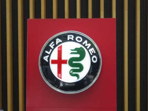 アルファロメオのロゴマーク<br /><br />新しいロゴマークのようですが、正式発表された下記のものとは微妙に異なっています。展示用に作った簡易ロゴでしょう。<br />https://newcars.jp/news/alfaromeo-new-logo/