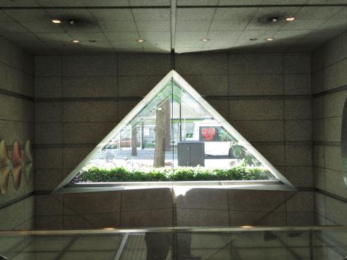 ホールCの階段の三角窓から見える大通り「大名小路」<br /><br />http://www.marunouchi.com/pdf/j_jp_01.pdf#search=%27%E4%B8%B8%E3%83%93%E3%83%AB%E6%9D%B1%E3%81%AE%E9%80%9A%E3%82%8A%E5%90%8D%27