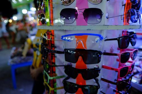 ナイトマーケットが近いのでもう一度散策。<br />サングラスに混じって実験用保護メガネが売られています。なぞ笑