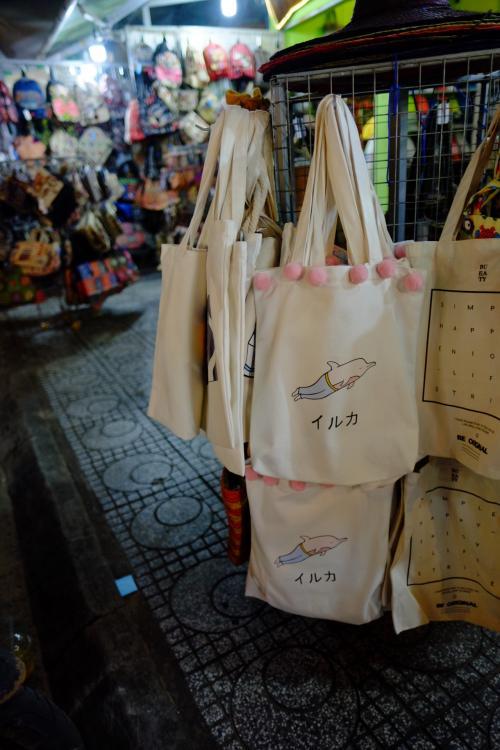 とても謎なトートバッグも売ってました。<br />島に来て初めての日本語な気がします!笑<br /><br />帰りの黄色タクシーもすぐ見つかりました。<br />行き先も「The Shell」で1発で通じます。<br />だんだん慣れて来ました。<br />3日目終了です。