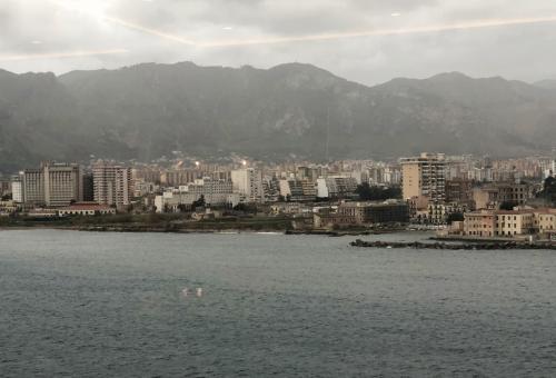 いつものように朝食に向かうと<br />パレルモ港へ着岸するところでした。<br /><br />この日は思いっきり雨雲で<br />空が暗くどんよりしています。
