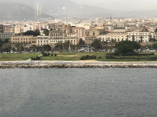 シチリア島の街並みはどんなかな~<br /><br />ローマみたいに古い感じかと思ったら<br />ちょっと違いますね<br />古いけど規律正しいというか<br />建物がキッチリしてる気がします。