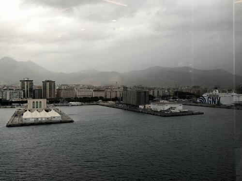 他にも大型客船が来てました<br /><br />シチリア島はクルーズの寄港地として<br />人気が高いですもんねー<br /><br /><br />この日、街歩きのガイドさんは<br />「みゅう」で依頼しました。<br /><br />船を下船してすぐに合流して<br />街歩きスタートなのですが<br />何しろ雨が降っていてあいにくの<br />空模様となってしまいました