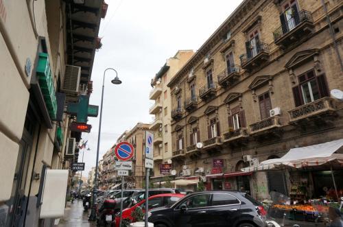 パルレモの街並み<br /><br /><br />船から降りてまっすぐ歩いていくと<br />目の前に大きな建物が見えてきました