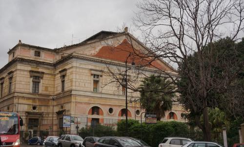 Teatro Politeama Garibaldi<br />ポリテアーマ劇場で、パルレモで<br />最初に建てられた古い劇場で<br />かなり大きな建物です。
