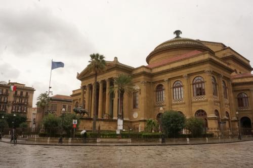 マッシモ劇場です<br /><br />なんとこの劇場はヨーロッパの中で<br />ウィーンのオペラ座、パリのオペラ座に次ぐ<br />3番目の大きさを誇る劇場との事。<br /><br />ローマでもナポリでもなくわざわざ<br />海を越えたシチリア島が3番目に大きいって<br />ちょっと意外でした、きっと昔の<br />貴族が力を見せる為に建てたのでしょうねー
