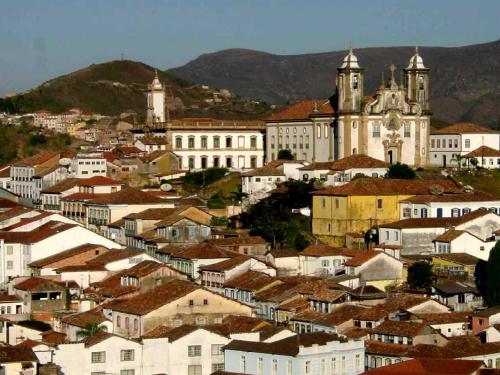 Ouro Preto(オウロ・プレト)が夕日に染まる風景<br />現在オウロ・プレトには 23の教会がある。それらの中でも Basilica Menor de Nossa Senhora do Pilar(ノッサ・セニョーラ・ド・ピラール教会)は内装に金箔 480kgも使われ往時の繁栄ぶりを今日に伝えている。<br />