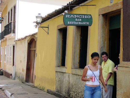 Mariana(マリアーナ)のレストラン<br />ゴールドラッシュの時代にブラジル各地から様々な人々が一攫千金を夢見てミーナス・ジェライス州の鉱山に押し寄せ、一日の苛酷な労働の後の楽しみは食事だった。そのためブラジルではミーナス・ジェライス州の郷土料理はバラエティーに富んでおり絶品とされている。<br /><br />
