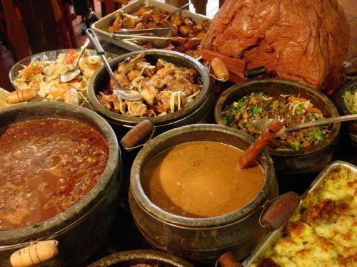 Mariana(マリアーナ)のレストラン<br />ミーナス・ジェライス州の郷土料理が並んでいる。客は好きなものを好きなだけご飯に盛り合わせれば良い。