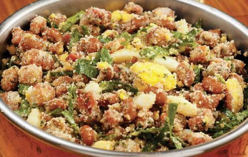 Feijao Tropeiro(フェイジョン・トロペイロ)<br />煮たフェイジョン(豆類の総称で、この場合はカリオカ豆が使用される。 Torresmo(トヘースモ:豚バラの脂をカラッと揚げたもの)・ソーセージ・野菜を混ぜたものでご飯にかけて食べる。