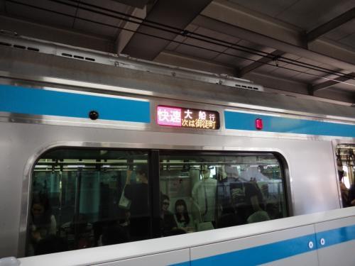 お昼のこの時間帯は、京浜東北線は全てが快速運転です。 山手線と重複するエリアのみ快速運転となり、主要駅以外は通過するので、山手線を利用しないとなりません。<br /><br />ただ、この快速の京浜東北が停車する駅と通過する駅の基準が未だにちょっと理解できない…。 京成線からの乗り換え客も多いはずの日暮里は通過するくせに、御徒町には停車(土日のみ)、でも新橋や有楽町は通過する…という。<br /><br />私は大きな荷物を取りあえずホテルに預けるために京浜東北線で蒲田駅まで行く必要があったのですが、日暮里からはまず山手線、上野で快速運転の京浜東北線に乗り換えが必要でした。 あー、面倒!