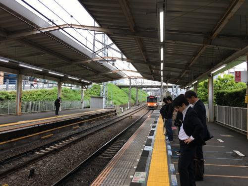 上野までは東急田園都市線/半蔵門線→銀座線を乗り継いで向かいます。平素ならなんてことのないルート。<br />ところが木の芽時が災いして線路内に人が立ち入ったとのことで、田園都市線のダイヤが大幅に乱れ、目の前の電車が停止したままなかなかホームに入ってきません。<br />おまけに東横線/日比谷線や丸ノ内線のダイヤも混乱、その余波で銀座線まで乗客集中による遅れが生じているらしい。<br />徐行運転が続き、上野駅まで1時間以上かかってしまいました。<br />