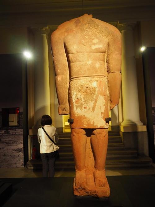 男性像<br />ウラー<br />前4~前3世紀頃<br />ダーダーン王国(北西アラビアを代表する大オアシス都市に栄えた隊商国家)の王族たちの像とも考えられている巨大な像
