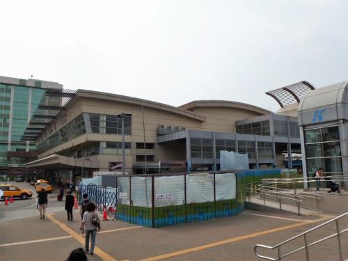 高雄捷運で台鐵高雄駅に到着。<br /><br />あちこち工事中。それに、暑いです!<br />