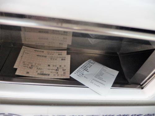 クレジットカードを入れて操作すると、チケットとレシートが出てきました。<br />