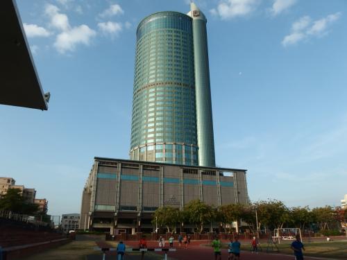 台鐵台南駅・後站(東口)を出てすぐ見えるのが、この円形のビル。<br />