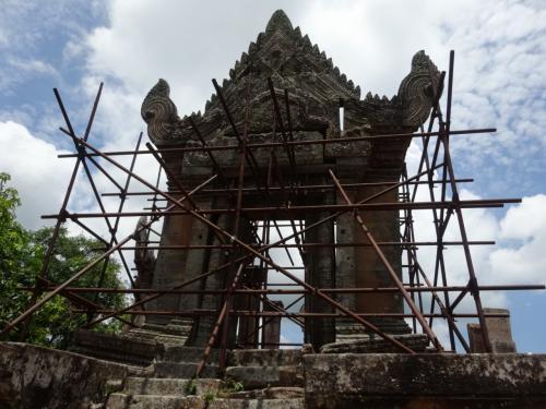 あらゆる箇所に支えがあります。修復途中?<br />観光のための見栄えよりも、まずは建物の安全を確保することが先決。