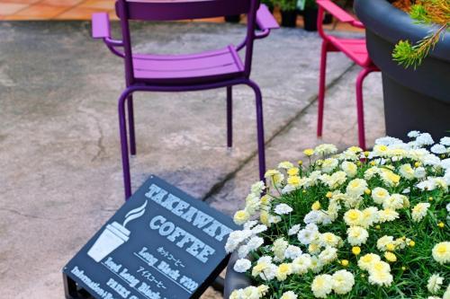 ボタニカルショップ前にはカラフルな椅子が置いてあり、コーヒー片手にひと休みできる一画がありました。