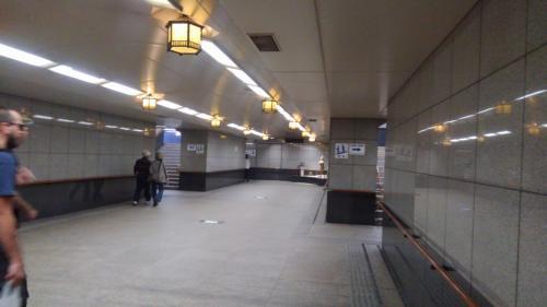 駅を出ると皆さん地下道へと吸い込まれて行きます。<br />