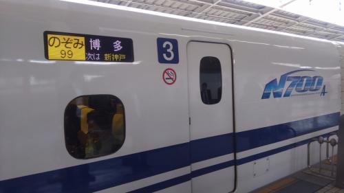 新大阪を8:18に出発するのぞみ99号で広島へ。<br />ちょうど通勤ラッシュの時間帯だったので在来線は混んでましたが、新幹線はガラガラガラガラ。自由席で大丈夫でした。<br />宮島まで乗る船もJRなので、よく考えたら乗車券は宮島桟橋まで券売機で一気に購入できるってこと。いちいち切符を買う必要がなくてGood。