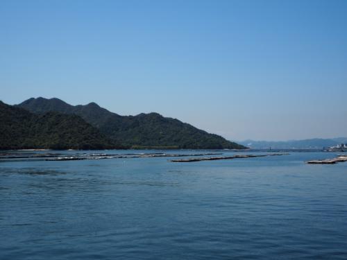 海も空も青いです。<br />牡蠣の養殖場?