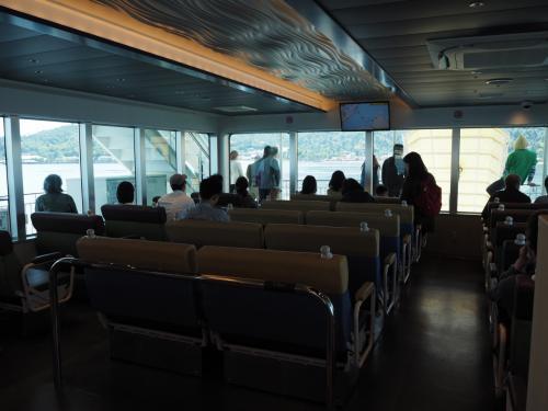 お天気もよく気持ちよかったのでずっとデッキにいましたが、船内はこんな感じ。
