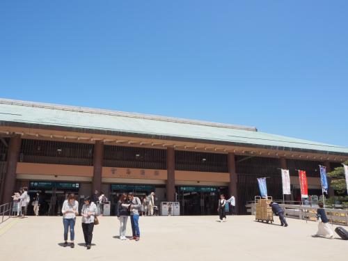 宮島桟橋に到着です。<br />清盛生誕900年とかで、辻村寿三郎展をやっているとのお知らせが(・Д・)??しかも無料。<br />見たいけど、ちょっと無理だな。<br />