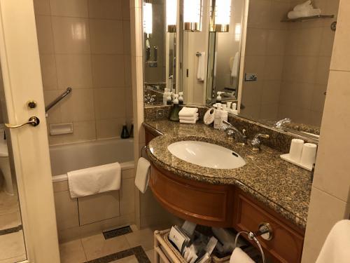 バスタブにはカーテンがついていないのでシャワーを使う際はご注意を。