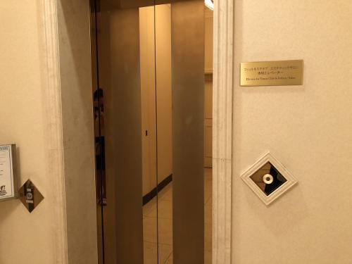ジムへは専用エレベーターで18Fへ