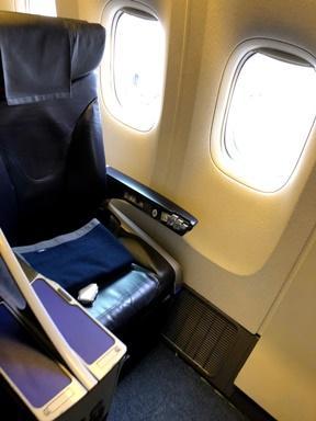 椅子はこんな感じ~<br /><br />リクライニングのレバーが昔のまま、<br />椅子の古さはいなめません(・×・)<br /><br />国内線はJALに乗る事が多いので<br />ANAは久しぶりなんだけど座席は<br />あまり変わってないのかしら??