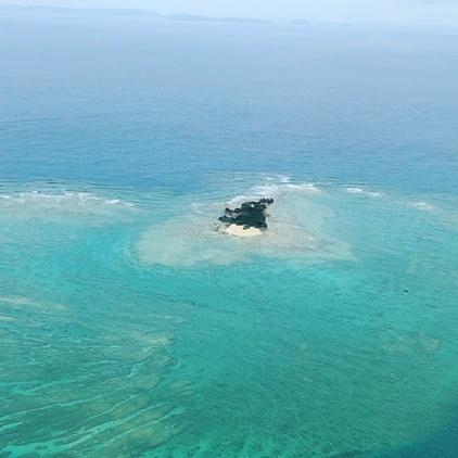 着陸手前に見えた小島をいい感じに<br />撮る事ができました。<br /><br />青さがたまらない、すこぶる綺麗☆