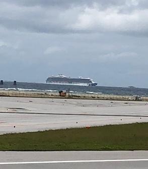 到着したら、客船が停泊してました<br />沖縄もクルーズで来るのもいいでしょうね~<br />