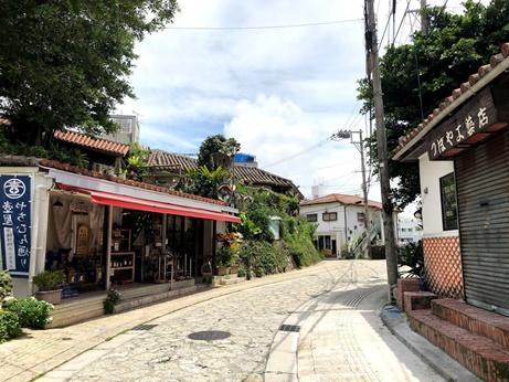 沖縄の伝統工芸「やちむん」と呼ばれる<br />焼き物、陶器のお店が並んでいます。<br /><br />一軒一軒見て回り、欲しいなって思う<br />お皿とかあったけど、なんせ大きいお皿は<br />持って帰るのも大変だし…