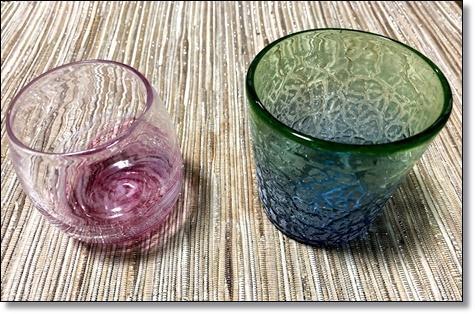 こちらはガラスだけを扱ってる<br />お店で出会った大好きな琉球ガラス<br /><br /><br />2月に偶然の産物でできたという<br />黒に銀の珍しいコップもあったけど<br />このブルーと緑色の色合いが好きで<br />こちらにしました。<br /><br />ピンクのは、暗くなると光る石を<br />使って焼き上げてるそうで<br />暗いところに置くと、確かにうっすら<br />光ってました!!<br /><br /><br /><br /><br />