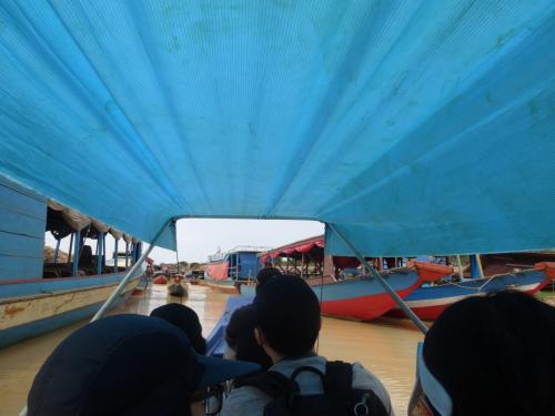 ガイドさんや船頭さんを含めて、10人くらいがボートに乗っていることになります。<br />足をきゅっと折り曲げて、クルーズ開始です。