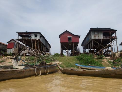 と思ったら、どの民家もさっきの櫓的なもの以上に高所にあります。<br />Floating Villageだと紹介されていましたが、雨季に入る前の今は、水に浮かぶ村というよりは空に浮かぶ村です。