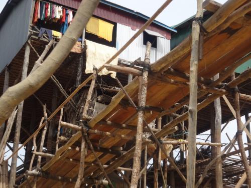 細い木を組み合わせてつくられた橋。<br />ボートでその下をくぐっていきます。<br />