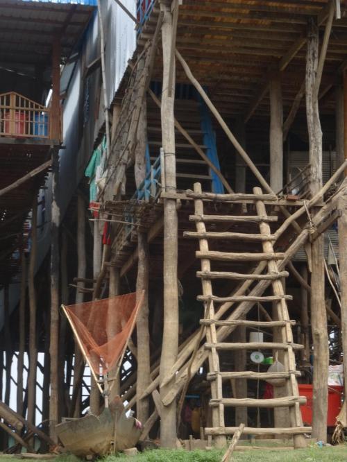 人様のお家を写真撮影するのは、若干気がひけるのですが…。<br />上空の居住スペースへ上るために、これまたお手製の梯子がかけられています。<br />一段一段の幅が大きいですが、小さい子も何てことないようにスイスイ上っていきます。<br />