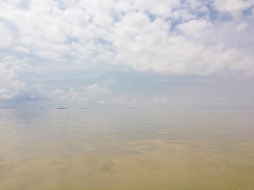 行ったことないけれど、ウユニ塩湖ってこんなイメージ。<br />湖の水は濁っていて、澄んだ海の絶景とはまた違うけれど、これはこれでとても素敵な景色でした。