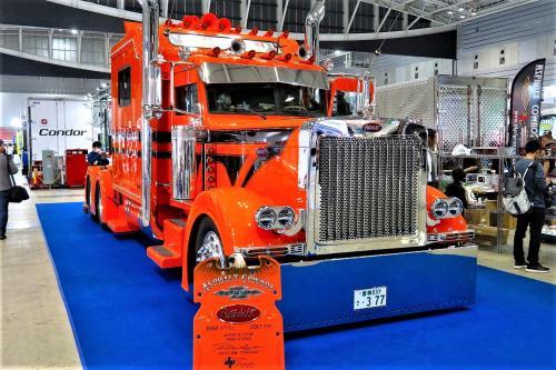 いきなり目に留まったアメリカのトラックメーカー『ピータービルド』(http://www.peterbilt.com/)のトラクター。<br /><br />テキサス州に本社があるアメリカ大手トラック製造会社です。<br />