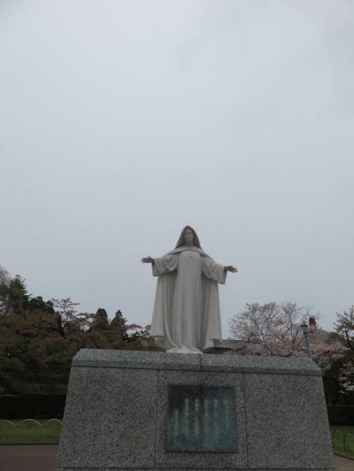 トラピスチヌ修道院・・・日本初の修道院<br /><br />1898年創立、聖母が見守る高台の修道院には、修道女たちの、厳しい規律のもと祈りと労働の観想生活が営まれています