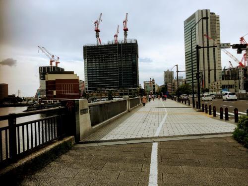 この日は休みなのに午後から雨の予報。<br />そのため午前中だけ横浜散歩をしようと出かけました。<br />まずは赤レンガに向かいます。<br />汽車道でなく、北仲橋をわたり北仲プロムナードを進みます。