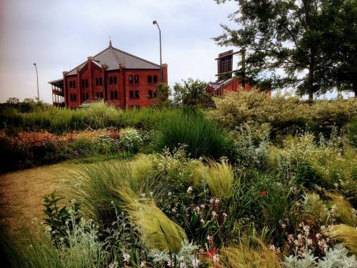 花壇と赤レンガ倉庫が絵になります。