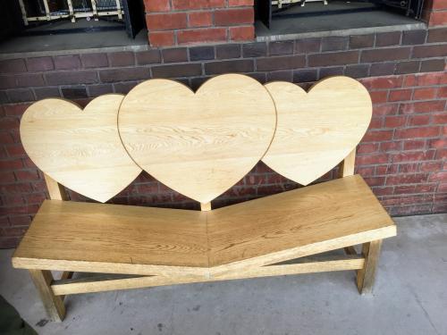 二号倉庫の2階のテラスには、こんな恋人を近づけるベンチがあります。<br /><br />可愛いけど、ちょっと座るのは恥ずかしいなぁ。