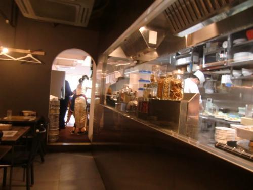 入口付近からの店内。<br />手前は厨房、奥は明るくてカウンターに寿司ネタケースあり。