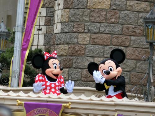 シンデレラ城前で開園前のミッキー&ミニーのご挨拶
