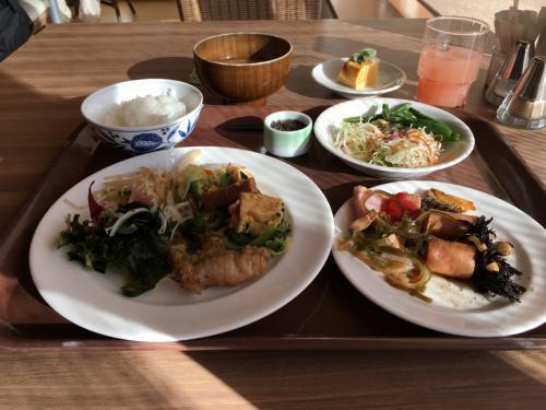 おはようございます、朝食の時間です<br /><br />沖縄料理(八重山そばなど)があり、種類は豊富でした<br />でも満員であまり写真とれず、ザワザワ( ̄∀ ̄)感が馴染めず