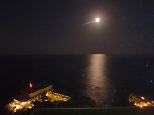 日が暮れて・・・満月の海