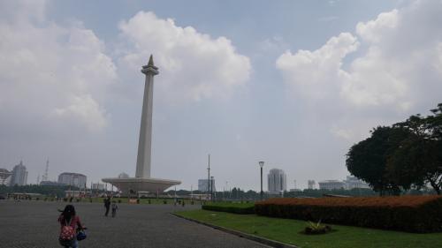 モナス周辺の広場をぐるりと散歩しながら、モスクやカテドラルを観るために歩きます。